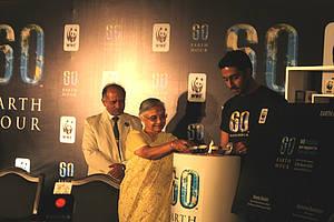 Presentes la Honorable Primer Ministro de Delhi, Smt. Sheila Dikshit y el embajador de La Hora del Planeta 2010, Abhishek Bachchan encendiendo la vela y Ravi Singh, Secretario General y Director General de WWF-India.