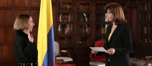 La Ministra de Relaciones Exteriores, María Ángela Holguín Cuellar, posesionó como nueva Embajadora de Colombia en India, a Mónica Lanzetta Mutis. Foto: OP-Cancillería.