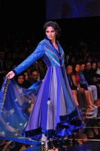 Manish Malhotra reinventa el sari y los trajes tradicionales dotándolos de nuevas siluetas y colores.