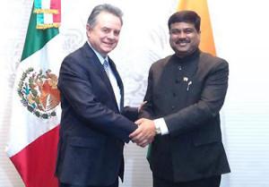 (El Ministro de Estado (C/I) para Petróleo y Gas Natural, Shri Dharmendra Pradhan, encabezó una delegación de la India a México los días 18 y 19 de mayo de 2015. Durante la visita oficial de dos días sostuvo conversaciones bilaterales con su homólogo el ministro de Energía de México, el Sr. Pedro Joaquín Caldwell)