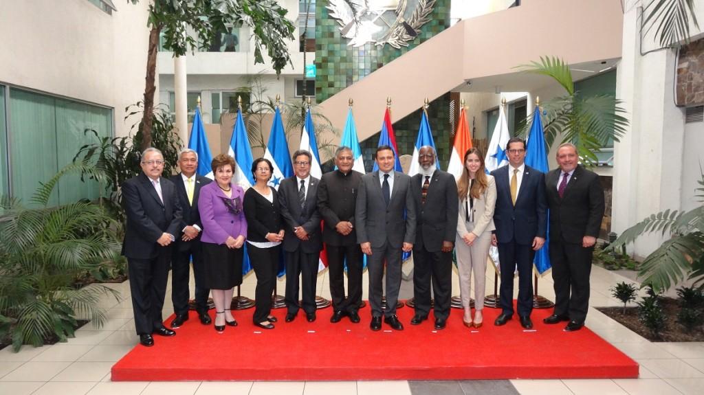 (El ministro de Estado para Asuntos Exteriores, el general Dr. V.K. Singh (retirado) con líderes del SICA Ministerial al final de la tercera Reunión Ministerial India-SICA en Guatemala el 28 de mayo de 2015)